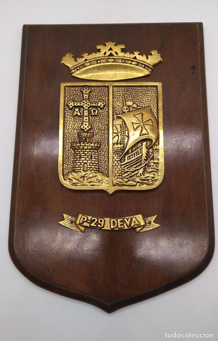 ANTIGUA METOPA MILITAR DE GRAN CALIDAD DE BRONCE Y MADERA P-29 DEVA. (Antigüedades - Hogar y Decoración - Otros)