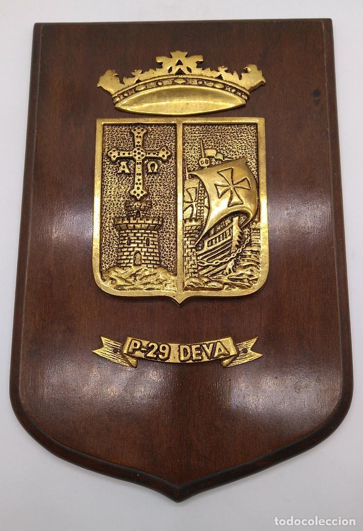 Antigüedades: Antigua metopa militar de gran calidad de bronce y madera P-29 DEVA. - Foto 2 - 93239760