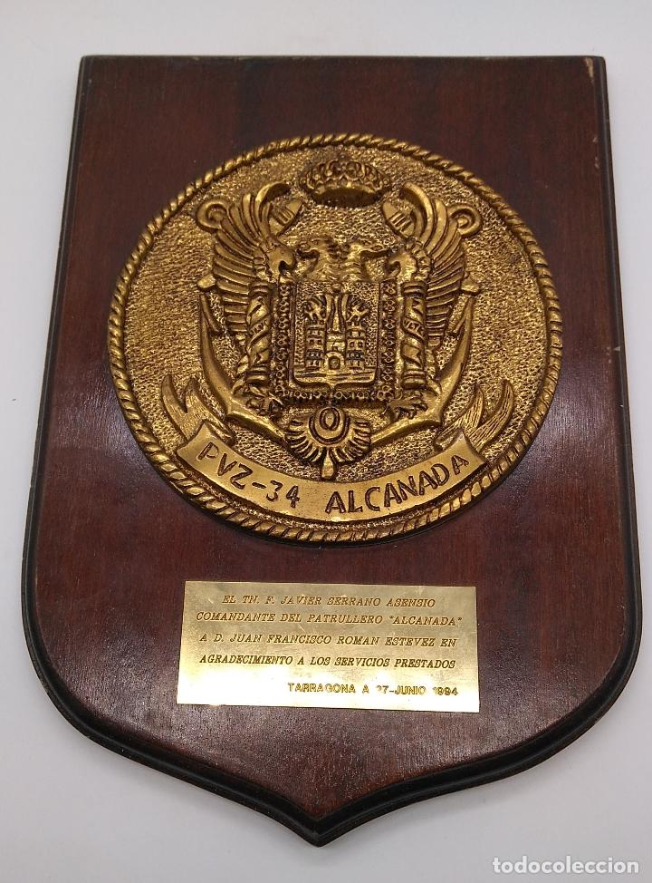 ANTIGUA METOPA MILITAR DE GRAN CALIDAD DE BRONCE Y MADERA PVZ-34 ALCANADA. (Antigüedades - Hogar y Decoración - Otros)