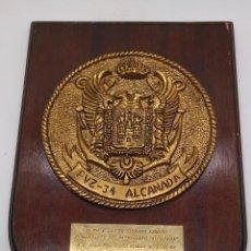 Antigüedades: ANTIGUA METOPA MILITAR DE GRAN CALIDAD DE BRONCE Y MADERA PVZ-34 ALCANADA.. Lote 93240000