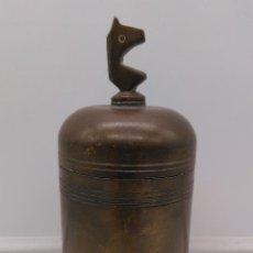 Antigüedades: ANTIGUO ENVASE CILINDRICO DE BRONCE CINCELADO SON BUSTO DE CABALLO EN LA TAPA.. Lote 93243740