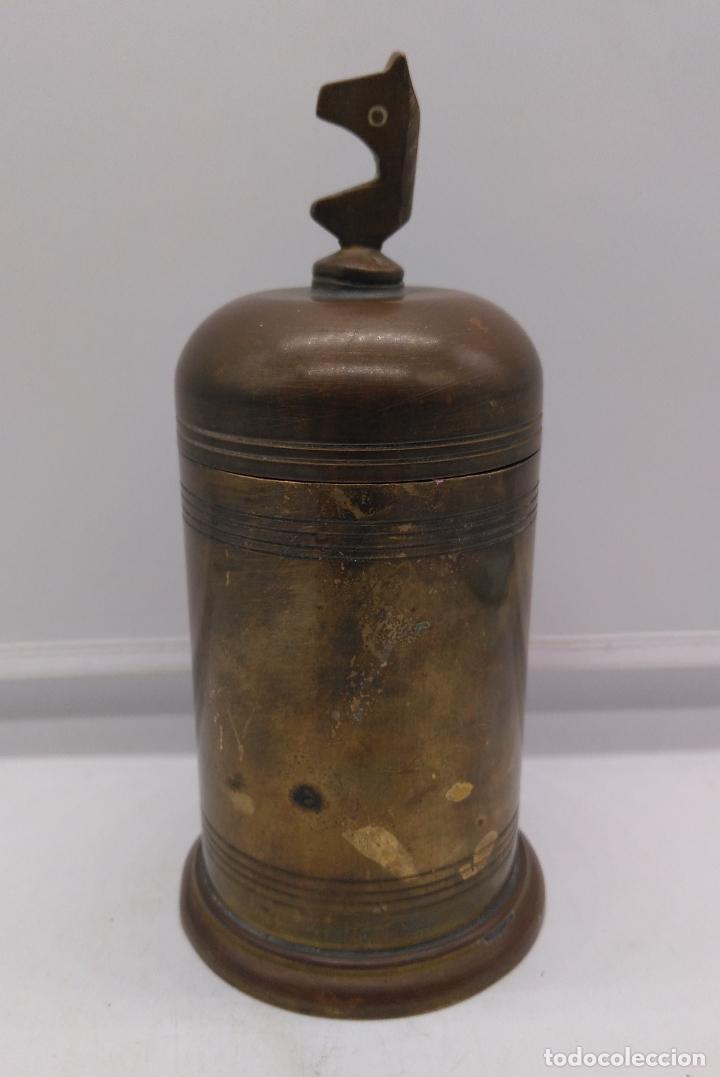Antigüedades: Antiguo envase cilindrico de bronce cincelado son busto de caballo en la tapa. - Foto 2 - 93243740