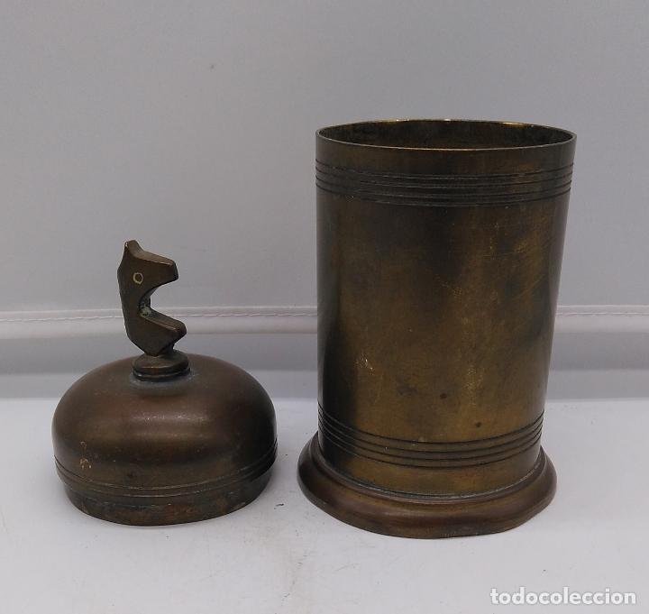 Antigüedades: Antiguo envase cilindrico de bronce cincelado son busto de caballo en la tapa. - Foto 3 - 93243740
