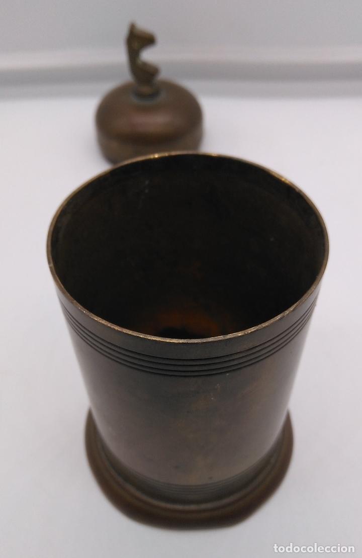 Antigüedades: Antiguo envase cilindrico de bronce cincelado son busto de caballo en la tapa. - Foto 4 - 93243740