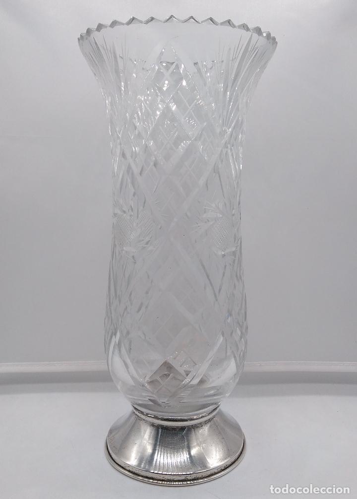 Antigüedades: Gran jarrón de cristal minuciosamente tallado con pie de plata de ley. - Foto 2 - 93254395