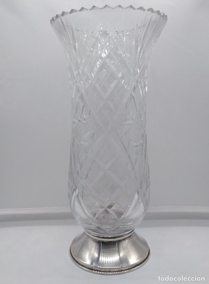 Antigüedades: Gran jarrón de cristal minuciosamente tallado con pie de plata de ley. - Foto 3 - 93254395