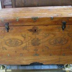 Antigüedades: ANTIGUO BAUL DE VIAJE EN MADERA, INCRUSTACIONES DE BRONCE . 2º CUARTO DEL SIGLO XX. Lote 93259335
