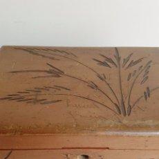 Antigüedades: ANTIGUA CAJA MADERA TALLADA, CON ESPEJO INTERIOR Y LLAVE. Lote 93259340