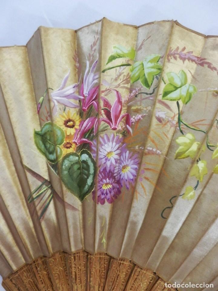 Antigüedades: Abanico pericón isabelino, seda y madera de frutal, pintado a mano, botón de nácar - Foto 2 - 93267730