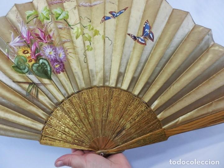 Antigüedades: Abanico pericón isabelino, seda y madera de frutal, pintado a mano, botón de nácar - Foto 10 - 93267730