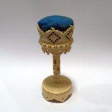 Antigüedades: ANTIGUO ALFILETERO CALADO Y TALLADO EN HUESO - PRINCIPIOS S.XX. Lote 93296010