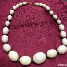 Antigüedades: ANTIGUO COLLAR DE HUESO - MEDIDA ABIERTO 67 CM. Lote 93298110