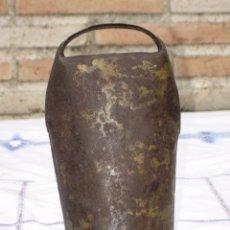 Antigüedades: CENCERRO ANTIGUO GRANDE CON BADAJO DE MADERA. ETNOGRAFIA.. Lote 93303235