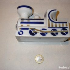 Oggetti Antichi: LOCOMOTORA DE PORCELANA DE SARGADELOS. 13 X 6 X 9 CM. AÑOS 80.. Lote 93309435