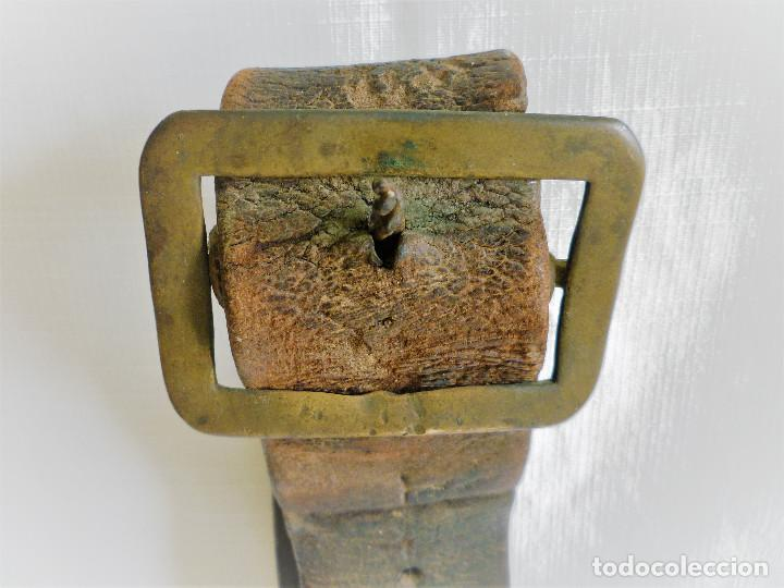 Antigüedades: COLLARON DE CUERO PARA CABALLO CON CAMPANA - CAMPANO - - Foto 3 - 93318855