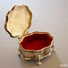 Antigüedades: CAJA JOYERO DE METAL BAÑO EN PLATA. Lote 111842627