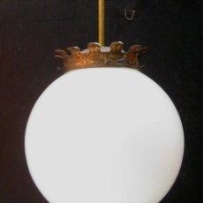 Antigüedades: RESTAURADA, ELEGANTE LAMPARA CIRCA 1900 CORONA BRONCE Y GRAN BOLA OPALINA BLANCA. Lote 93367205