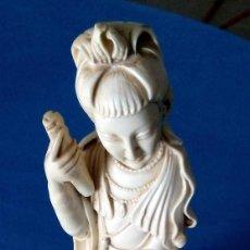 Antigüedades: FIGURA DAMA ORIENTAL FEMENINA IMITACIÓN MARFIL 45 CMTS ALTO. Lote 93382735