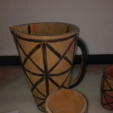 Antigüedades: JARRA CON TRES VASOS DE MADERA. Lote 93451847