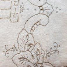 Antigüedades: ANTIGUO MANTEL, BORDADO RICHELIEU MANUAL SIN USO. MARCAS DE LA BORDADORA . Lote 93738325