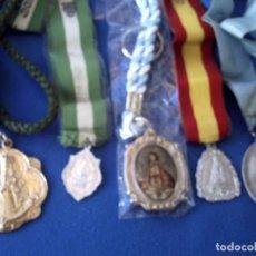 Antigüedades: LOTE DE CINCO MEDALLAS RELIGIOSAS CON SUS CORRESPONDIENTES CORDÓNES.. Lote 93816375