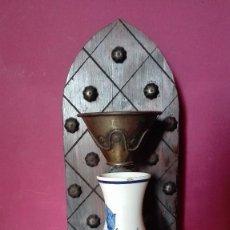 Antigüedades: ANTIGUO SOPORTE DE MADERA CON JARRON. Lote 93819565