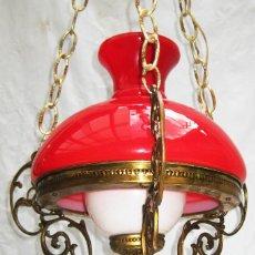 Antigüedades: LAMPARA ANTIGUA ESTILO QUINQUE EN BRONCE Y PRECIOSA OPALINA CRISTAL ROJA DECORACION VINTAGE POP. Lote 93831000