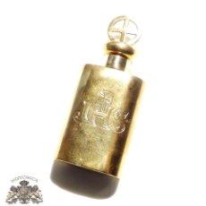 Antigüedades: ANTIGUA BOTELLITA RECIPENTE PARA PORTAR AGUA BENDITA FUERA DE LA IGLESIA - CHAPADA EN ORO 7,3CM ALTO. Lote 93840100