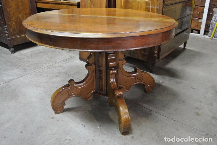 Antigua mesa redonda, ditada, madera maciza nogal. Extensible. 280 cm de  largo.