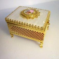 Antigüedades: JOYERO DORADO Y TAPA SÍMIL NÁCAR INTERIOR TELA 7,5 X 6 CMS.. Lote 93994375