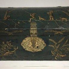 Antigüedades: CAJA CHINA PARA EXPORTACIÓN EN MADERA LACADA CON DECORACIÓN DE ESCENAS DE CAZA.. Lote 94001850