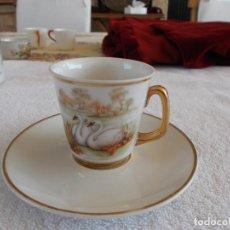 Antigüedades: COLECCIÓN ANTIGÜA TAZA Y PLATO DE CAFE CISNES PINTADOS A MANO RIBETES ORO . Lote 94014550