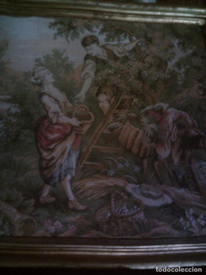 PRECIOSO Y ANTIGUO TAPIZ DE TELAR ENMARCADO, ESCENA CAMPESRE, EN EL FRUTAL. MIDE 55 X 55CM. (Antigüedades - Hogar y Decoración - Tapices Antiguos)