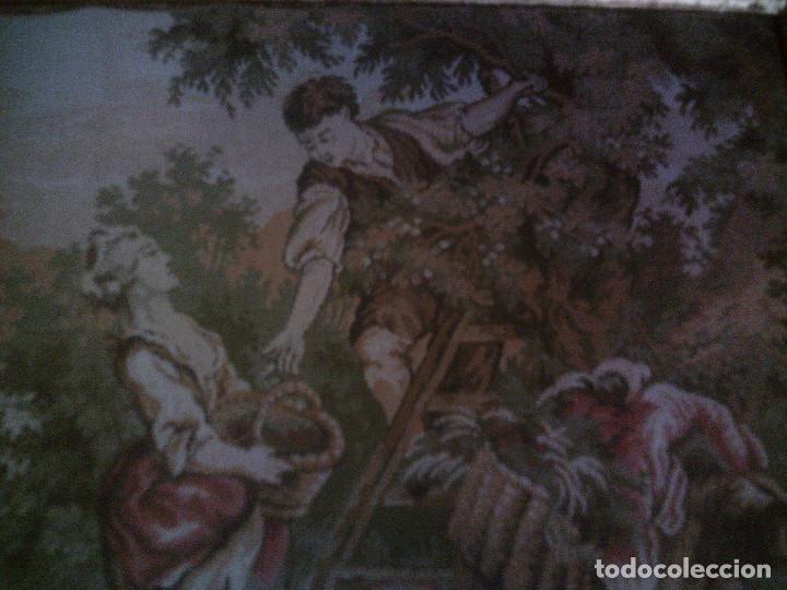 Antigüedades: PRECIOSO Y ANTIGUO TAPIZ DE TELAR ENMARCADO, ESCENA CAMPESRE, EN EL FRUTAL. MIDE 55 X 55CM. - Foto 3 - 94073420