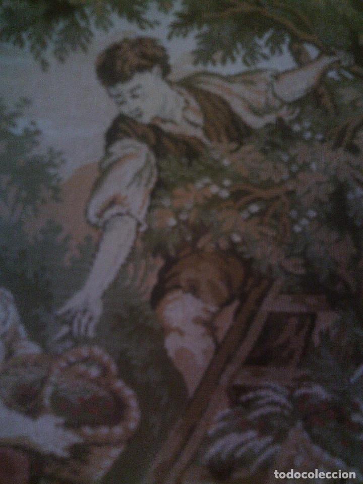 Antigüedades: PRECIOSO Y ANTIGUO TAPIZ DE TELAR ENMARCADO, ESCENA CAMPESRE, EN EL FRUTAL. MIDE 55 X 55CM. - Foto 5 - 94073420