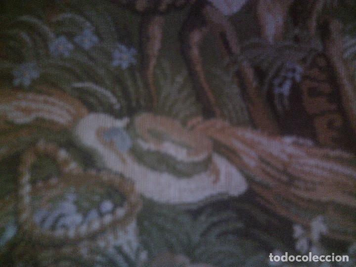 Antigüedades: PRECIOSO Y ANTIGUO TAPIZ DE TELAR ENMARCADO, ESCENA CAMPESRE, EN EL FRUTAL. MIDE 55 X 55CM. - Foto 7 - 94073420
