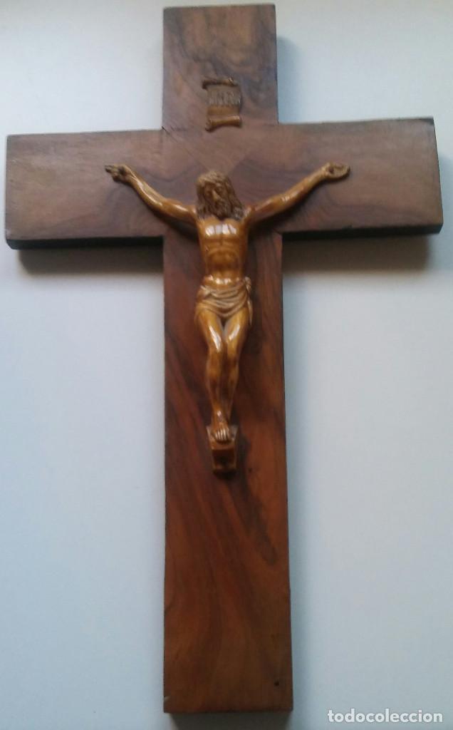 CRISTO DE METAL EN MADERA TALLADA Y POLICROMADA AÑOS 40 - 45 X 27,5 CM. (Antigüedades - Religiosas - Crucifijos Antiguos)