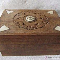 Antigüedades: CAJA EN MADERA TALLADA CON INCRUSTACIONES DE HUESO . Lote 94091990