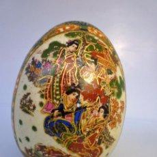 Antigüedades: MUY ANTIGUO HUEVO CHINO PINTADO A MANO CON SELLO 11 CMS DE ALTURA Y 8 DE DIÁMETRO PESA 180 GRS. Lote 94097405