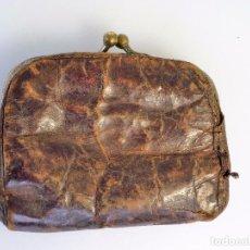 Antigüedades: CARTERITA EN PIEL CON DOBLE CUERPO AÑOS 30 , PESA 30 GRS Y MIDE 9 X 3,5 X 5 CMS CERRADA DE COLECCIÓN. Lote 94098795