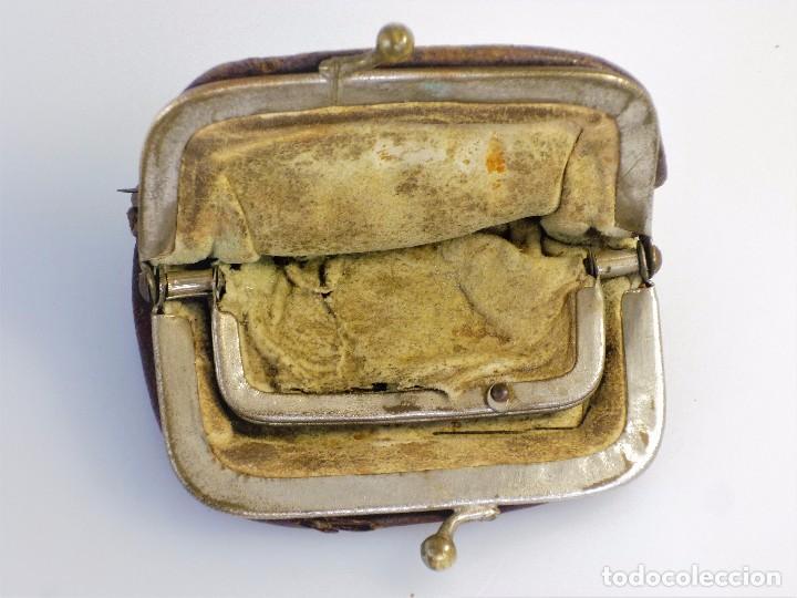Antigüedades: CARTERITA EN PIEL CON DOBLE CUERPO AÑOS 30 , PESA 30 GRS Y MIDE 9 X 3,5 X 5 CMS CERRADA DE COLECCIÓN - Foto 3 - 94098795