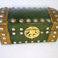 Antigüedades: JOYERO BAÚL CON REMACHES Y CIERRE MIDE 17 X 9 DE BASE Y 9 CMS DE ALTURA PESA 400 GRS BUEN ESTADO. Lote 94117338