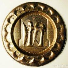 Antigüedades: PLATO DECORATIVO ANTIGUO DE COLGAR EGIPCIO METAL TRABAJADO LATÓN DORADO Y FIGURAS EN RELIEVE EGIPTO. Lote 94168845