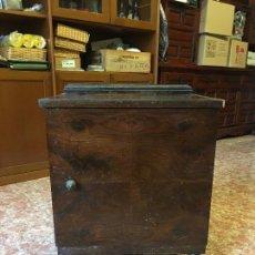 Antigüedades: MESITA DE NOCHE COLOR NOGAL, AÑOS 50, MIDE 60 X 52 X 36 CM.. Lote 94202675