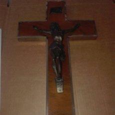Antigüedades: ANTIGUO CRISTO DE METAL CON CRUZ DE MADERA. Lote 94229814