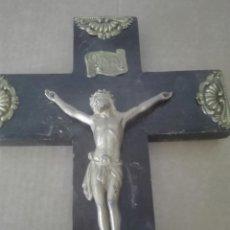 Antigüedades: ANTIGUO CRISTO DE METAL CON CRUZ DE MADERA. Lote 94230272