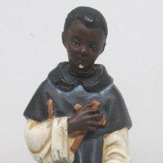 Antigüedades: ANTIGUA FIGURA EN YESO O ESCAYOLA Y BASE DE MADERA, FRAY ESCOBA, SAN MARTÍN DE PORRES, 27 CMTS.. Lote 94249460