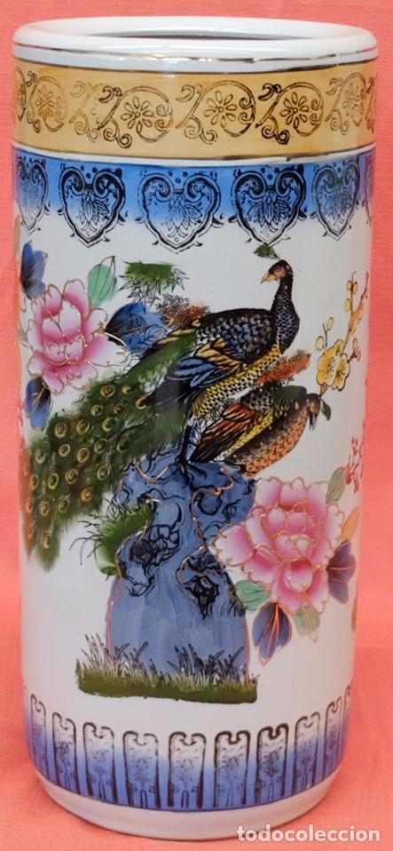 ANTIGUO PARAGUERO DE MANUFACTURA CHINA EN PORCELANA PINTADA. MEDIADOS SIGLO XX (Antigüedades - Porcelanas y Cerámicas - China)