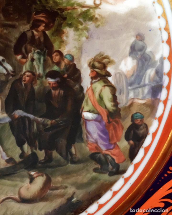 Antigüedades: SENSACIONAL PAREJA DE PLATOS EN PORCELANA DE SANTA CLARA CON ESCENAS PINTADAS A MANO. CIRCA 1920 - Foto 4 - 94385706