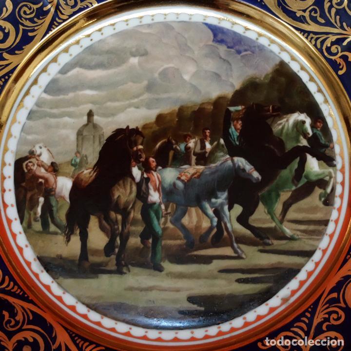 Antigüedades: SENSACIONAL PAREJA DE PLATOS EN PORCELANA DE SANTA CLARA CON ESCENAS PINTADAS A MANO. CIRCA 1920 - Foto 6 - 94385706